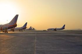 飞机停靠在迪拜国际机场2号航站楼
